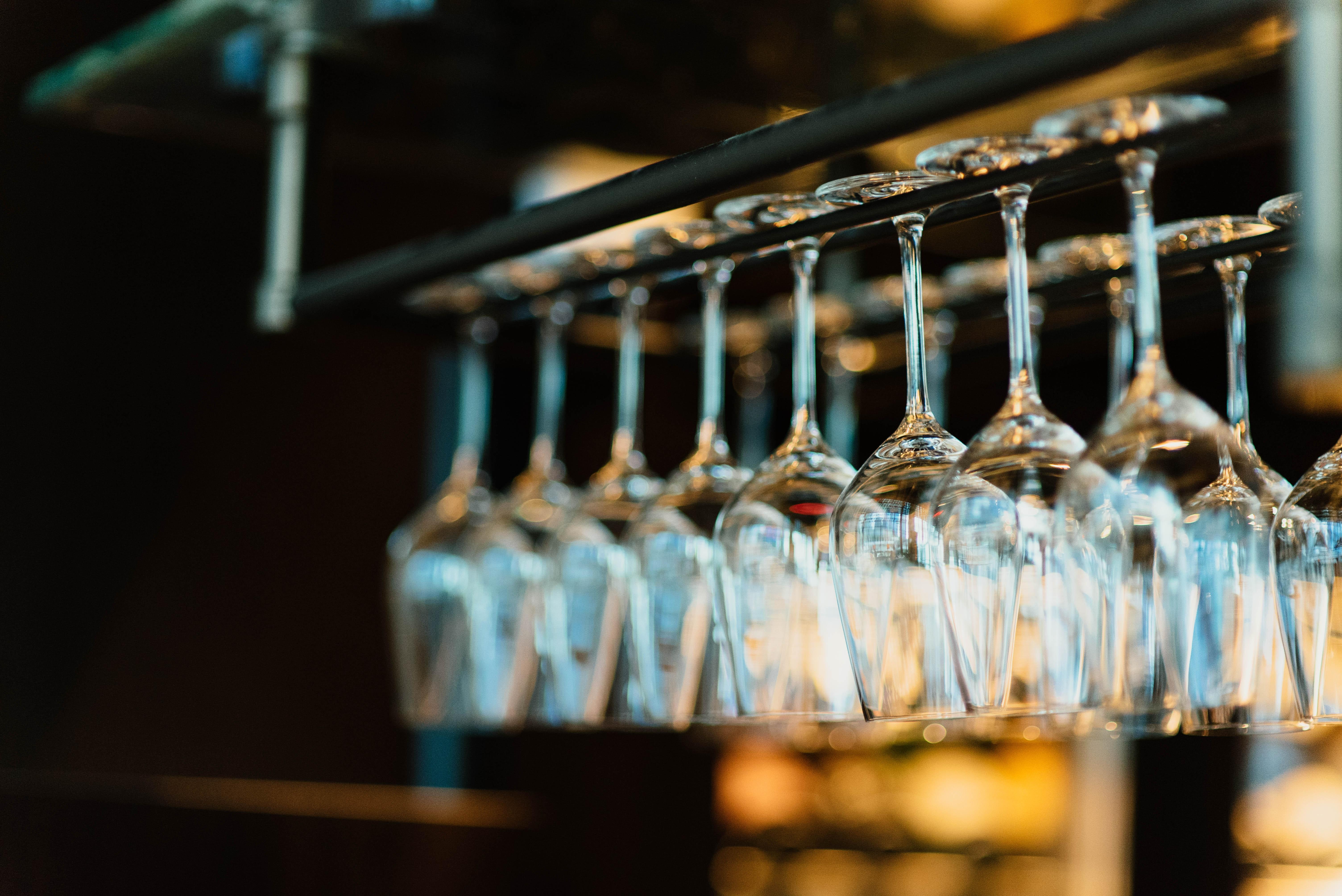 glazen die hangen in een café, goede doelen, goede doelen Nederland, goede doelen kiezen, Utrecht