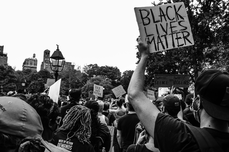 """Corona mensenrechten .Fotos van Franse revolutie en de vrouwelijke figuur van """"LibProtesters voor black lives matter met mondkapjes op,voor post over het spanningsveld tussen mensenrechten en coronavirus"""