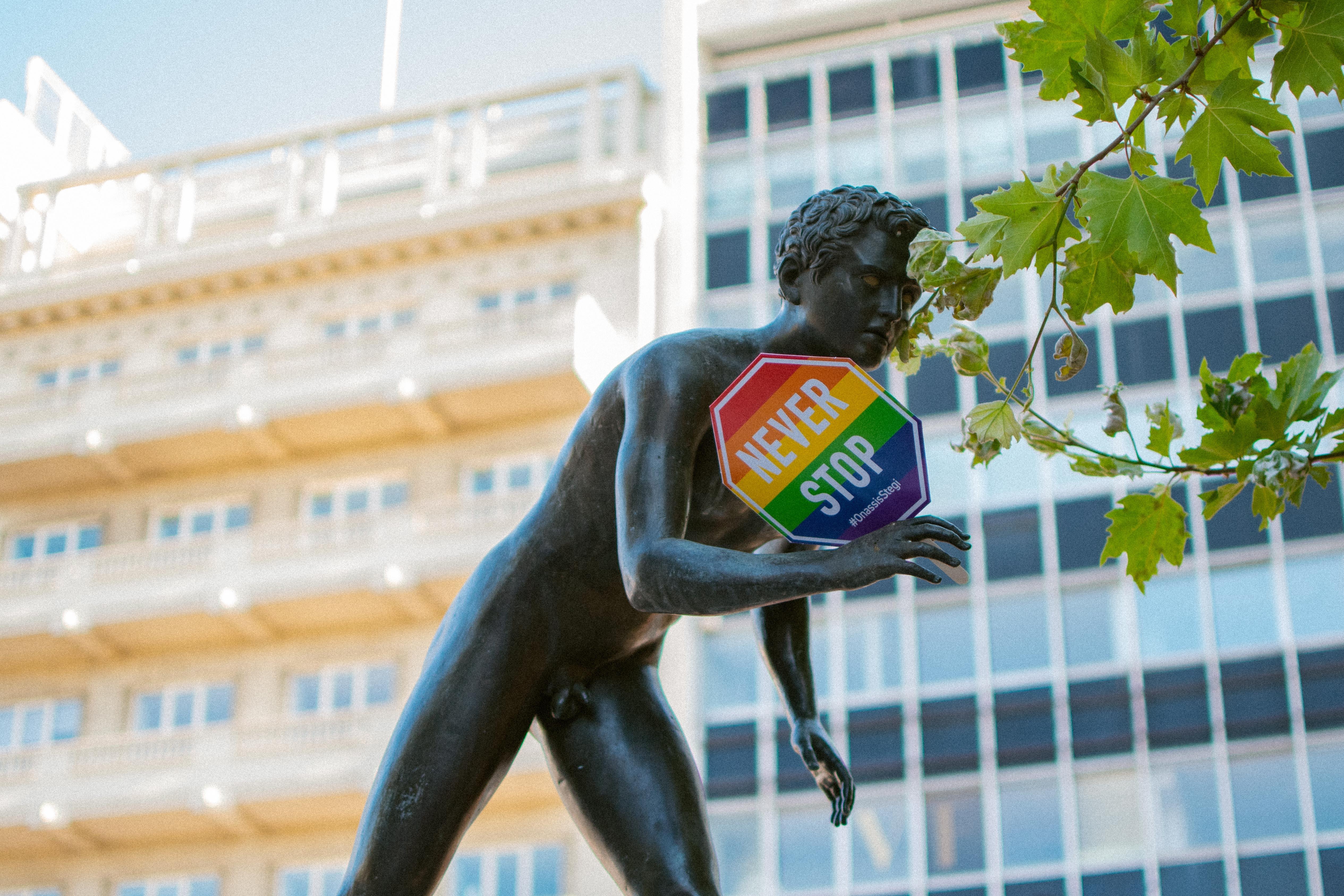 """standbeeld met een stopsign waarop in de pridekleuren staat """"never stop"""", lhbtiq,mensenrechten nederland"""