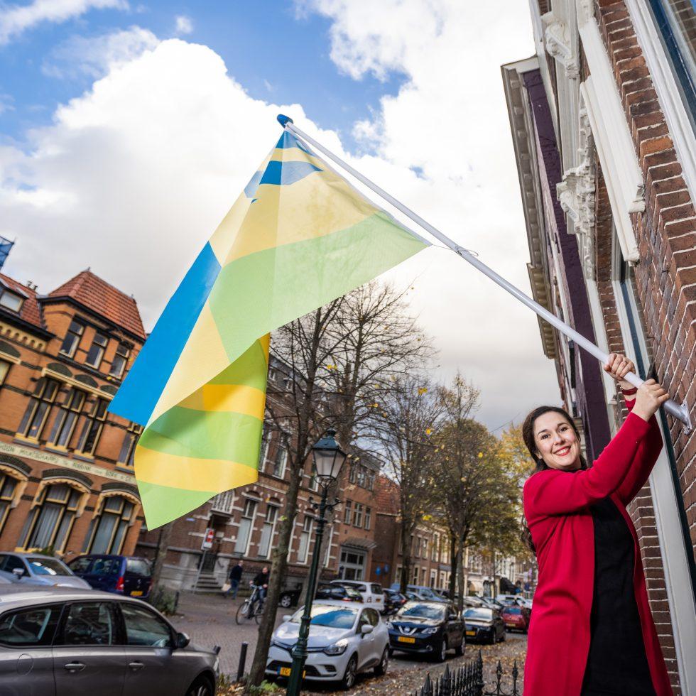 Mensenrechtenvlag, het is een vlag waarin alles wat we als mensen delen verwerkt is: de zon, water en de aarde en ook DNA. We gaan deze vlag in Utrecht hijsen voor Internationale Mensenrechtendag 2020.